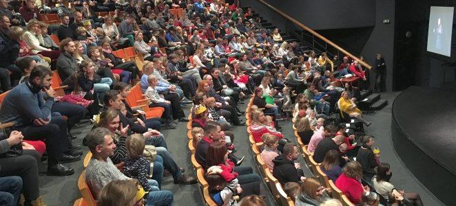Spektakliai su vertimu į gestų kalbą – galimybė kurtiesiems suprasti teatro pasaulį